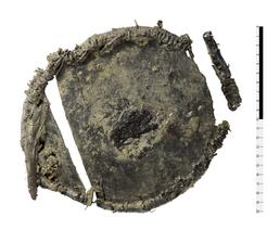 Ungewöhnliches Relikt: Auf dem Boden einer Holzbox aus der Bronzezeit wurden Reste von Getreide entdeckt (dunkler Fleck in der Mitte).