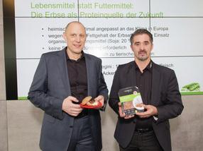 Geschäftsführer Dr. Johann Tanzer & Geschäftsführer Dipl.-Ing. (FH) Andreas Gebhart präsentieren vegini aus Erbsenprotein